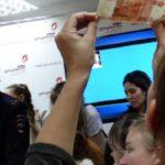 В МФЦ учатся отличать фальшивые купюры от подлинных